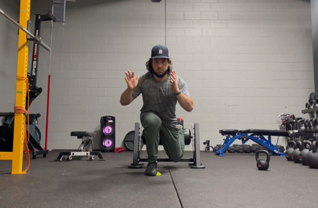 KB suitcase RFE split-squat ISO with heel hover